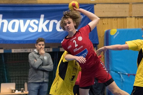 EN AV SEKS I HISTORIEN: Aksel Hald (14) er tatt ut på G15-landslaget i håndball. Bare fem tromsøgutter har klart det før han i historien, blant annet Eirik Engelsen, som observerer THK-talentet i bakgrunnen her.