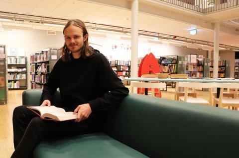 FIN OG DYR: Tromsø kommune har brukt over fem millioner på å skifte ut møbler på biblioteket, Kulturhuset og Kulturskolen. Sofaen Imre Isaksen sitter i koster 25.000- 30.000 kroner, og er av merket LK Hjelle Møbelfabrikk AS. Foto: Mathilde Torsøe