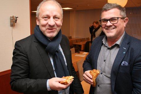 VAFLER FRAM: Ordførerkandidat Geir-Inge Sivertsen (t.v.) tar seg en «Høyre-vaffel» sammen med leder i nominasjonskomiteen, Rolf Bjørnar Tøllefsen etter at lista ble presentert tirsdag.