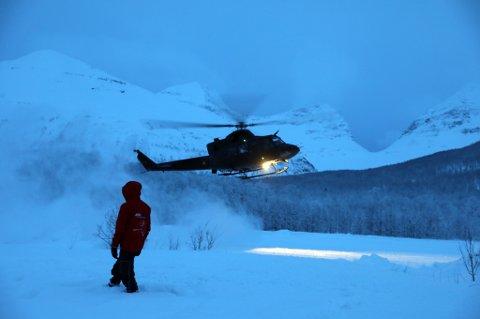 I går ble det jobbet med å sikre søkeområdet for skred med å sprenge snømasser. Foto: Yngve Olsen