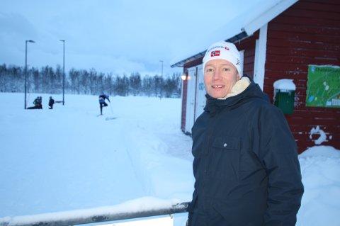 HAR AMBISJONER: Charlottenlund aktivitets- og friluftsområde skal få nye toaletter. - Vi tenker også på å etablerere blant annet en kafé her oppe, sier Henrik Romsaas, friluftsrådgiver på Enhet for park og friluft i Tromsø kommune.
