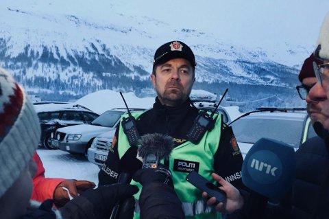 FUNN: Politiets innsatsleder John Kåre Granheim opplyser onsdag ettermiddag at det er gjort funn av en omkommet person på Blåbærfjellet i Tamokdalen. Her orienterer Granheim pressen om funnet.