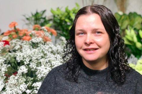 KVALØYROSA: Bente Gundersen er medeier og daglig leder av Kvaløyrosa på Slettatorget på Kvaløysletta. Hun sier det er tøffe kår i bransjen, men at de trives godt med å være ute i en bydel.