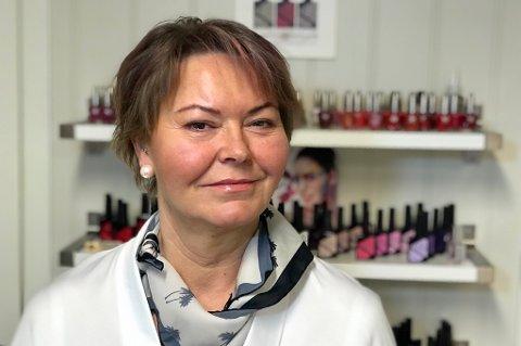 FORNØYD: Turdi Lindberg eier og driver «Det lille ekstra» på slettatorget på Kvaløysletta. Her har hun vært i 15 år nå. Hun har en lojal kundebase, og ser stort sett bare fordeler med å holde til litt utenfor bykjernen og kjøpesentrene.