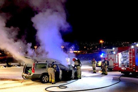 Her jobber brannvesenet med å slukke brannen. Foto: Ola Solvang