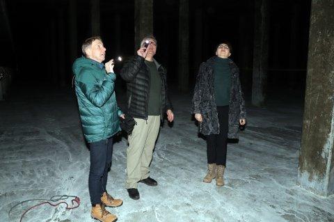 I BASSENGET: Jens Ingvald Olsen og Olga Goldfain er på befaring på Nordtromsøya høydebasseng med enhetsleder drift for vann og avløp, Tor Inge Kjeldsen. Her står de midt i det enne vannkammeret i høydebassenget. 70x80 meter, 7,2 meter høyt. Her skal det fylles 10.000 kubikkmeter vann.