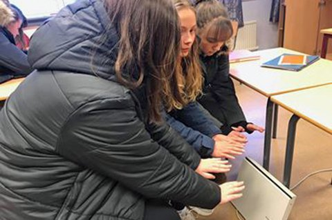 KALDE: Elever på Kvaløysletta skole synes det er kaldt på skolen. De sitter inne med ytterklærne på og har tatt med ovn hjemmefra.