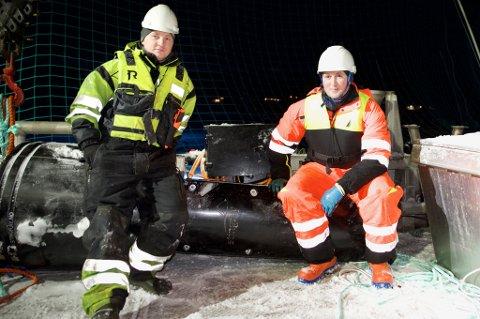 OPTIMISME: Produksjonssjef Martin Pedersen (t.h.) og Eirik Mathias Lorentzen med en av laserne som for ei uke siden ble installert hos Wilsgård Fiskeoppdrett.