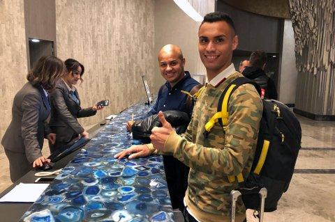 TOMMEL OPP: Brayan Rojas ankom TILs hotell i Tyrkia sent tirsdags kveld og ga tommelen opp for TIL-spill. Han blir trolig offisielt klar onsdag. Her med sin agent Jose Luis Rodriguez.
