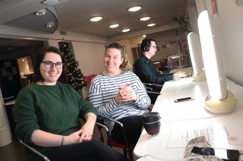 LYS I MØRKET: I mørketida kan studenter ved UiT Norges artkiske universitet og andre benytte seg av mørketidskaféen på universitetet. Her får Paula Mikalsen og Christel Domaas litt tiltrengt lys.
