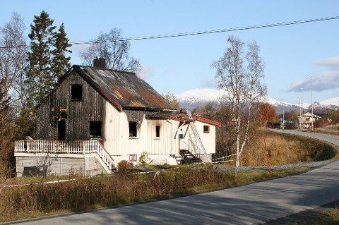 ÅSTEDET: Huset som brant ligger like ved hovedveien sentralt i Rossfjordstraumen, ikke langt fra skole og sykehjem.