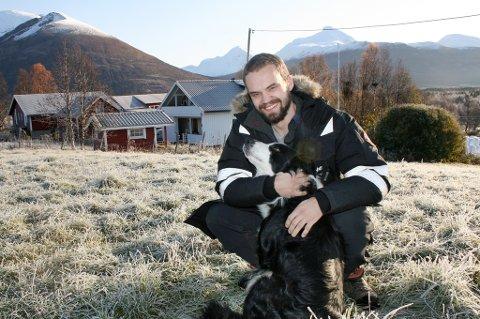 KOS: Det vil vise seg om Andre Johansen finner kjærligheten, men han har iallfall hunden å kose med.