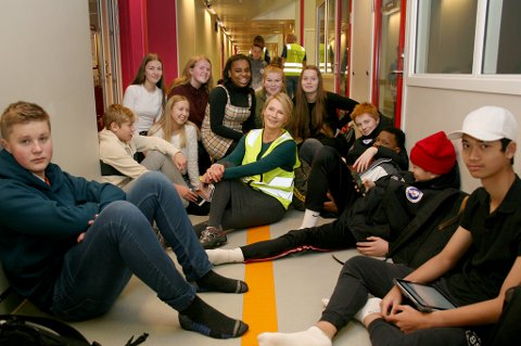 HILSERUNDE: Rektor Line Grønstrand hiver seg gjerne ned sammen med elevene  i korridoren på Finnsnes ungdomsskole.