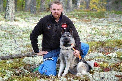 KOMPISER: Christian Fredheim fortviler etter at jakthunden Simba ble borte under elgjakta i Dividalen i Indre Troms.