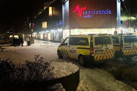 Flere patruljer fra politiet rykket i ettermdidag ut til Strandtorget. Foto: Magnus Holte