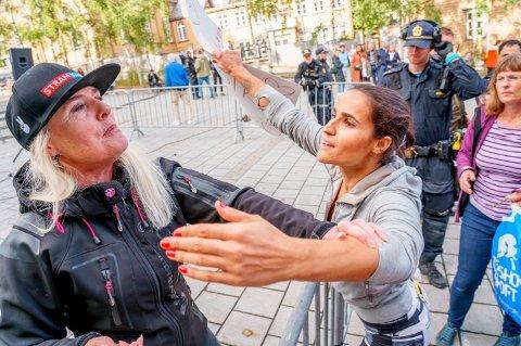 BLE RØRT: 28 år gamle Maryam Amri forteller SIAN at de trenger kjærlighet. - Jeg ble rørt av Tromsø-folkets motdemonstrasjon mot SIAN, sier hun etter demonstrasjonen er over. Foto: Eskil Mehren