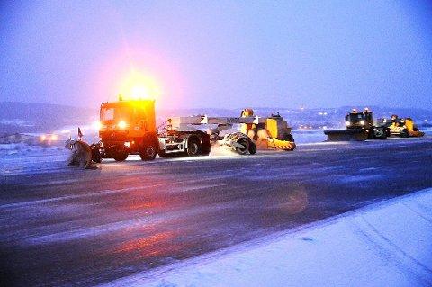 FULL SVING: Snørydding på Tromsø lufthavn. Arkvifoto.