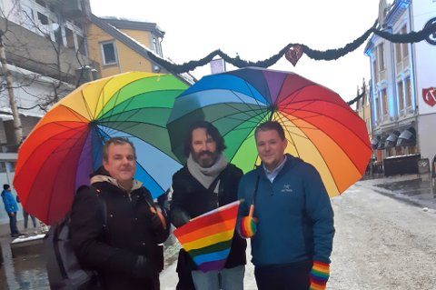 KLARE: Lars Åke Andersen (t.v), Ole-Gunnar Solheim og Øivind Østbø er klare for lørdagens Prideparade i Storgata.