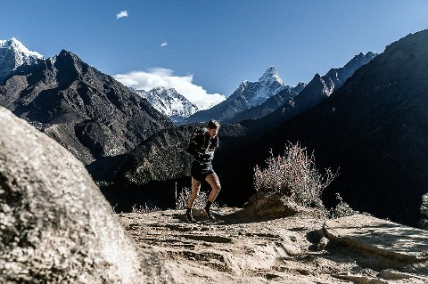 LIV TIL FJELLS: Hans Kristian Smedsrød i aksjon i fjellene rundt Mount Everest, der han deltok i en av verdens tøffeste løpskonkurranser, med 171 kilometer og 26 tusen høydemeter fordelt på seks etapper på seks dager. Han ble nummer tre sammenlagt.