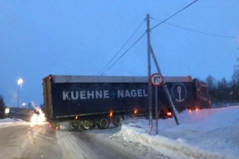 IKKE HELT ETTER PLANEN: Sjåføren var ikke helt heldig med hvor han satte seg fast tirsdag morgen.
