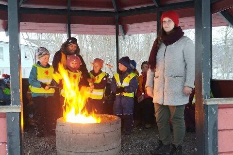 FINT PÅ JOBB: - Vi tar vare på hverandre, sier plasstillitsvalgt Siri Linaker sammen med elever og ansatte ved Skøelv skole som koser seg med bål og pølser.