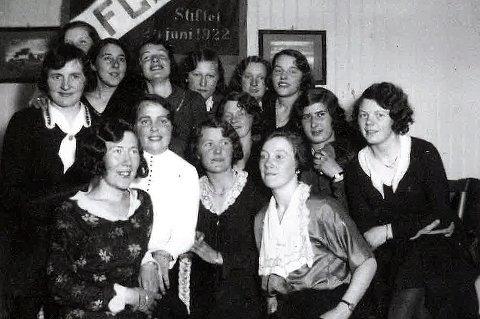 HISTORISKE TROMSØKVINNER: Disse kvinnene i IF Fløya spilte den første fotballkampen for kvinner i Troms fotballkrets, allerede i 1931. Problemet var at det var mot Norges Fotballforbunds vilje, ifølge Jonny Hansen, forfatter av boka «Tromsfotballen i hundre...», som gis ut i forbindelse med hundreårsjubileet til Troms Fotballkrets.