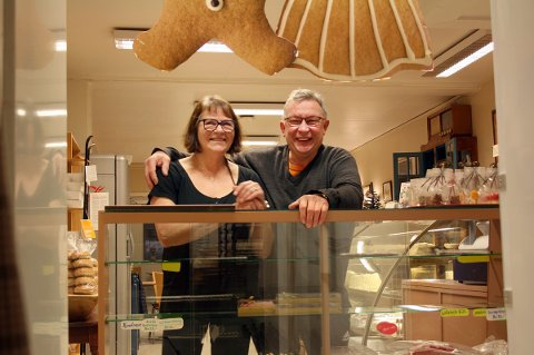 STAMKUNDE: Bakerisjef Elin Marie Ingebrigtsen får besøk av Trond Jarle Kaspersen som stadig er ute etter godsaker i butikken. - Jeg handler ikke her hver dag, men nesten, smiler han.