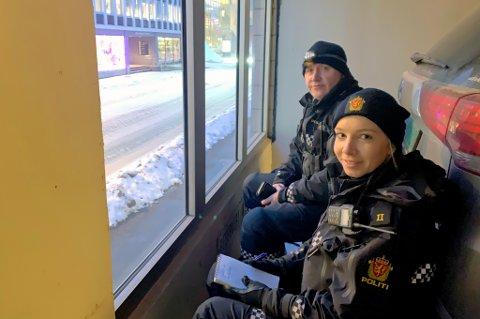 KONTROLLPOST: Politioverbetjent Rune Teigen Badar Utrykningspolitiet hadde med seg politistudent Karoline Ruud på kontroll. De to hadde opprettet kontrollpost i et bygg i Grønnegata.