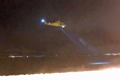 I SØK: Luftambulansehelikopter deltar også i søket.