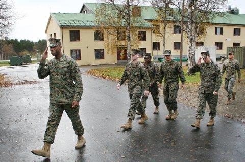 JULEMARSJ: Disse amerikanske marinesoldatene rykket inn i leiren på Setermoen i fjor høst. Nå skal årets kontingent inviteres til bords hos lokalfolk i jula.