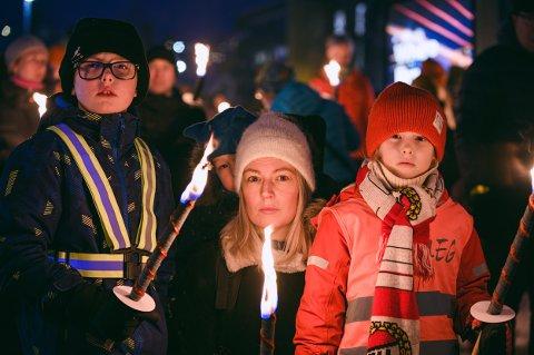 LYS I MØRKET: Gustav Karlsen (10) mamma Maria Edwall, lillebror Iver Berg Karlsen (3) og lillesøster Anna Berg Karlsen (6) bor like ved åstedet for tragedien på Fagereng. Søndag var de blant dem som deltok på minnemarkeringen etter Fagereng-tragedien.