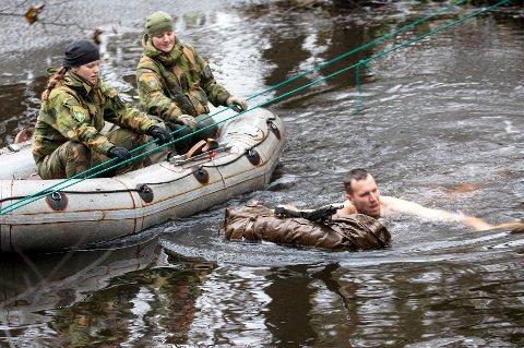KALDT: En tysk soldat får testet sine overlevelsesferdigeter under kyndig veiledning av norske ekspertene Ida Eriksen og Kine Helene Jensen.