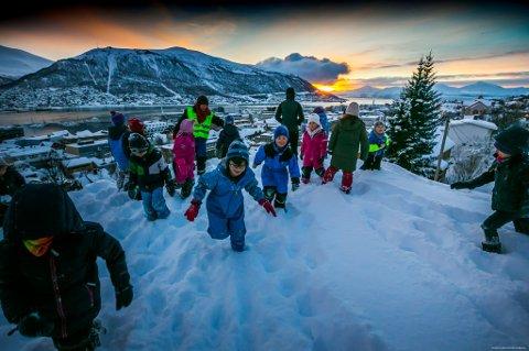 Barna fra Gyllenborg skole ønsker sola velkommen på selveste soldagen. Lite visste de da at de skulle få nyte hele 6,9 timer med sol i januar.