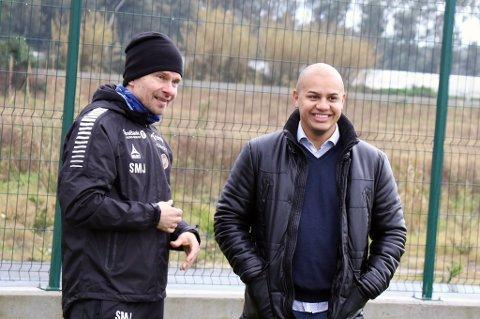 Svein-ortrn Johansen (t.v) og Jose Luis Rodriguez, agenten til nysignerte Brayan Rojas, under TILs treningsleir i Tyrkia.