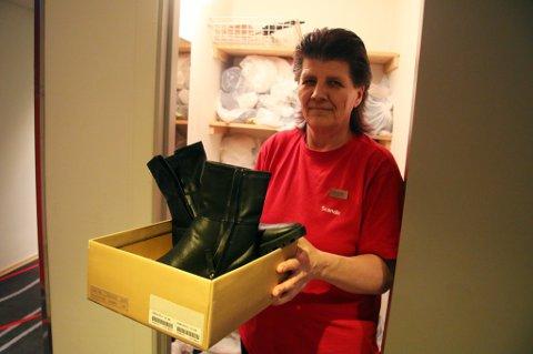 MYE GLEMMES: - Vi finner ting som er glemt eller lagt igjen med vilje på hotellrommene hver eneste dag. For eksempel disse skoene fra Zara til 700 kroner, som ser utbrukte ut, sier Tove Salomonsen, husøkonom på Thon hotel Tromsø. Klær som ikke er hentet etter seks måneder gis til Fretex.