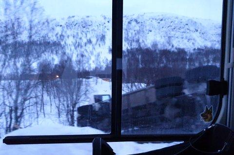 I GRØFTA: En lastebil kjørte av veien og endte i grøfta i Storfjord kommune mandag morgen.