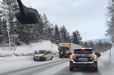 KONTROLL: Politiet sjekker et russisk-registrert vogntog i Tromsø mandag morgen.
