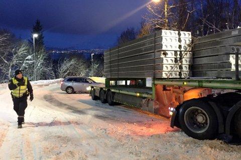 MOT STENGING: Kommunen vil ikke gå inn for en tungtransportstenging i Langnesbakken. Bildet er av en av mange trailere som har sakset i den såkalte «dødssvingen» i Langnesvegen.