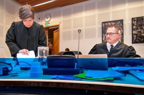 TILTALE: Statsadvokat Hugo Henstein har tatt ut tiltalen mot 29-åringen fra Tromsø. Her er Henstein avbildet med Annichen Rye-Holmboe i forbindelse med en annen sak.