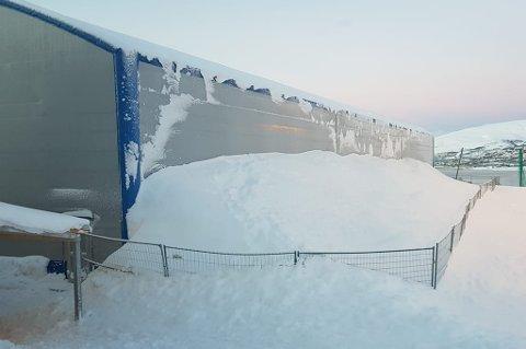 STORE MENGDER: Hamnahallen er en av byens haller der det er store snømengder.
