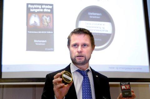 NY EMBALLASJE: Helse- og omsorgsminister Bent Høie viste de nye innpakningene til snus og tobakkspakker, på en pressekonferanse om forebyggende tiltak på tobakksområdet. Arkivfoto: Vidar Ruud, NTB scanpix