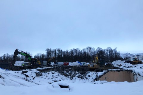 GJØR PLASS TIL NYTT BYGG: Her lå inntil nylig Xtra Elverhøy i et bygg som hadde stått siden 60-tallet. Men for et par uker siden ble bygget jevnet med jorda.