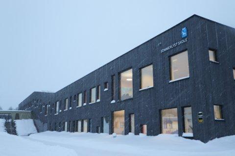 FANT AVVIK: Sommerlyst skole på Tromøsya sto ferdig for 2,5 år siden, men Tromsø Brann og redning er ikke helt fornøyd med brannsikkerheten på skolen. Den rommer omtrent 500 elever, og kapasiteten er allerede sprengt.