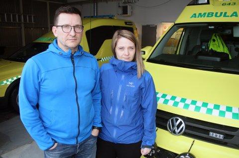 MISFORNØYDE: Ambulansearbeiderne vil sette hardt mot hardt, her Robert Olsen og Tina Aas ved stasjonen på Finnsnes.