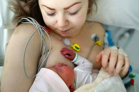 DRAMA: Jeanett fikk hjertestans da hun skulle føde, og fikk ikke se lille Ada før mange timer seinere.