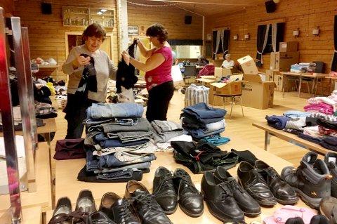 SAMLER INN: Gunnveig Pedersen Yanice (t.v.) og Ann-Kristin Wallin sorterer og pakker klær og sko som skal sendes til flyktningene.