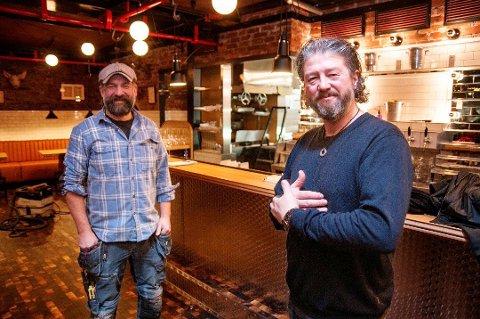 JUBEL: Pål Einar Eilertsen (til høyre) fikk fredag gladmeldinga som gjør at restauranten Nitty Gritty kan åpne snart. Her er han sammen med Peter Westh Hammer.