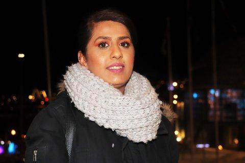 TRAKASSERT: Da Mira Abbas (26) ventet på bussen hjem fra byen natt til søndag, opplevde hun å bli trakassert. Nå vil hun ha en unnskyldning.