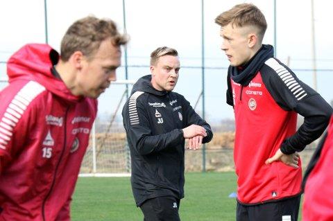 TIL JUVENTUS: TILs fysiske trener Juha-Jaakko Ulvila (midten) kjører Magnus Andersen (t.v), Marcus Pedersen (t.h) og de andre TIL-spillerne hardt fysisk. Han har fått innpass og skal besøke den italienske toppklubben Juventus i mars.