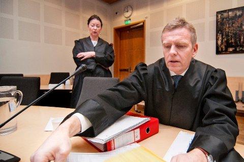 AKTOR: Statsadvokat Torstein Lindquister er aktor når 18-åringen må møte i retten 19. og 20. februar. Her sammen med advokat Ingunn Tøllefsen i en annen sak.